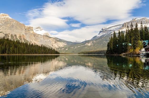 Esmeralda, lago, em, yoho, parque nacional, columbia britânica, canadá Foto Premium