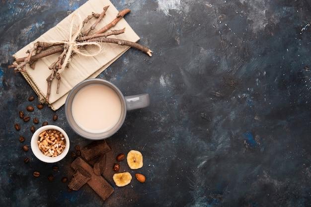 Espaço de cópia de leite e chocolate Foto gratuita