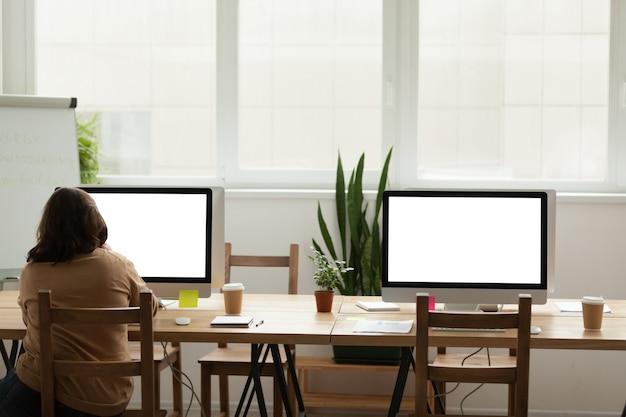 Espaço de coworking escritório moderno com mulher trabalhando sozinho no computador Foto gratuita
