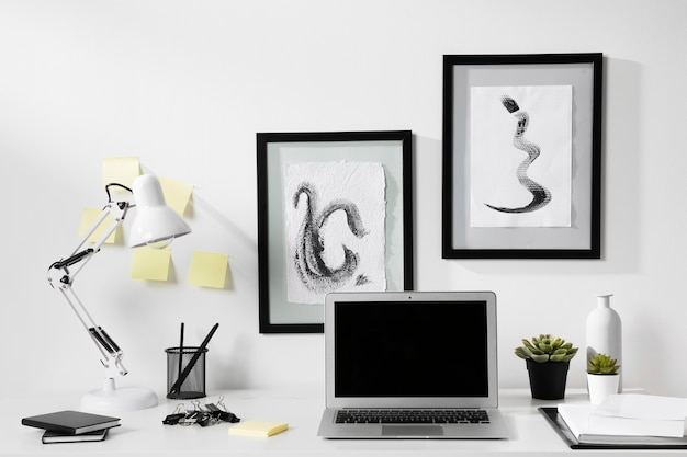Espaço de trabalho arrumado de close-up com laptop Foto gratuita