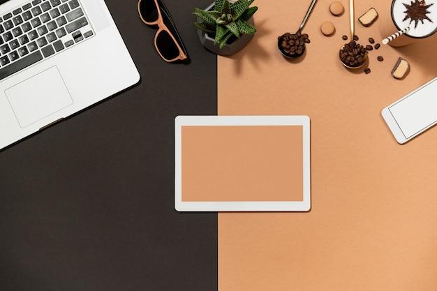 Espaço de trabalho com disposição plana do dispositivo digital Foto Premium