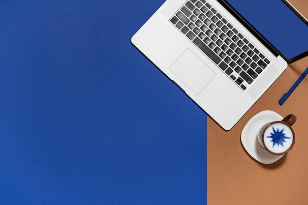 Espaço de trabalho com laptop, café mínimo Foto Premium