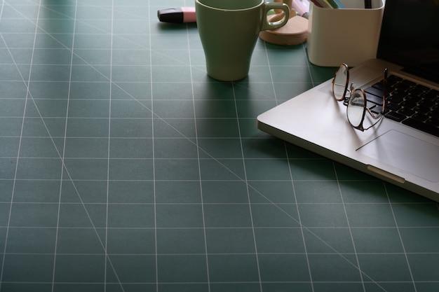 Espaço de trabalho com laptop na esteira de corte Foto Premium