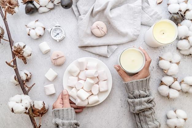 Espaço de trabalho com marshmallows, algodão e velas Foto Premium
