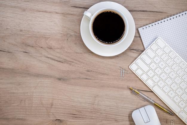 Espaço de trabalho com material de escritório e xícara de café Foto gratuita