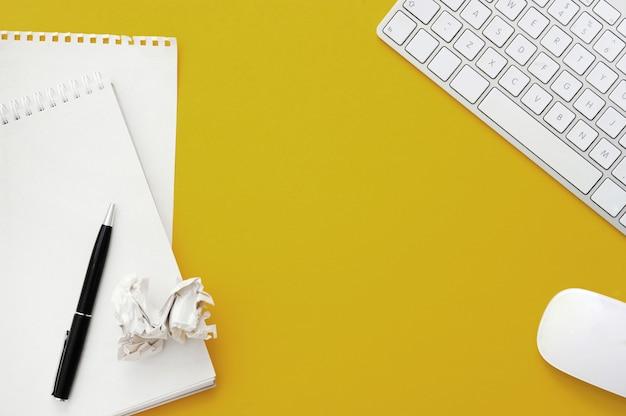 Espaço de trabalho com material de escritório, vista superior Foto gratuita