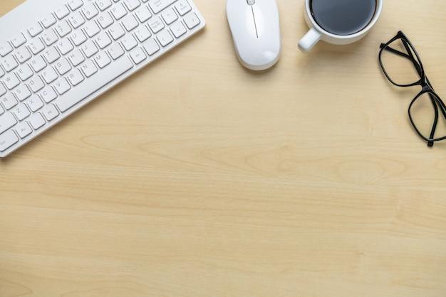 Espaço de trabalho da mesa de escritório e fundo da tabela. Foto Premium