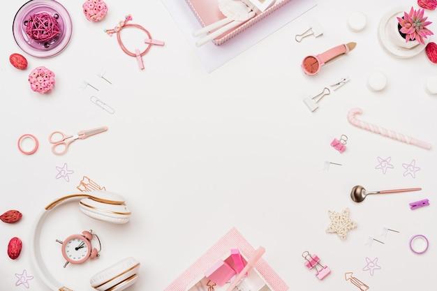 Espaço de trabalho da mulher de moda criativa, vista superior Foto Premium