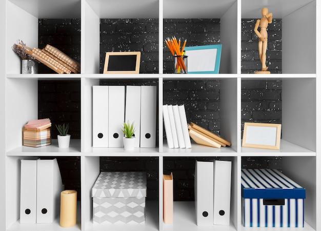 Espaço de trabalho de escritório em casa. prateleira branca com acessórios Foto Premium