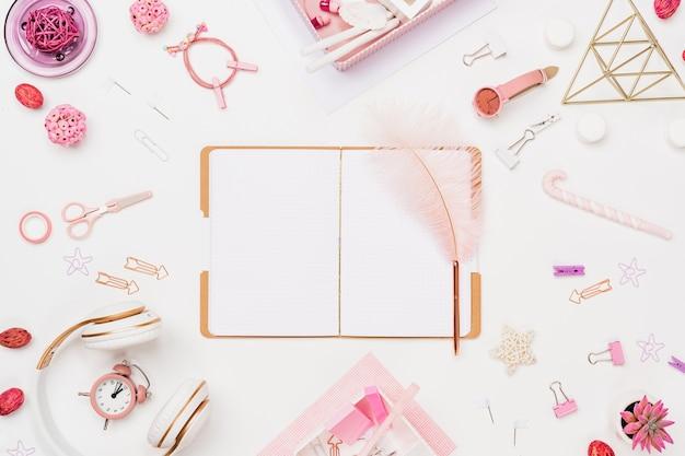 Espaço de trabalho de jovem aluna criativa Foto Premium