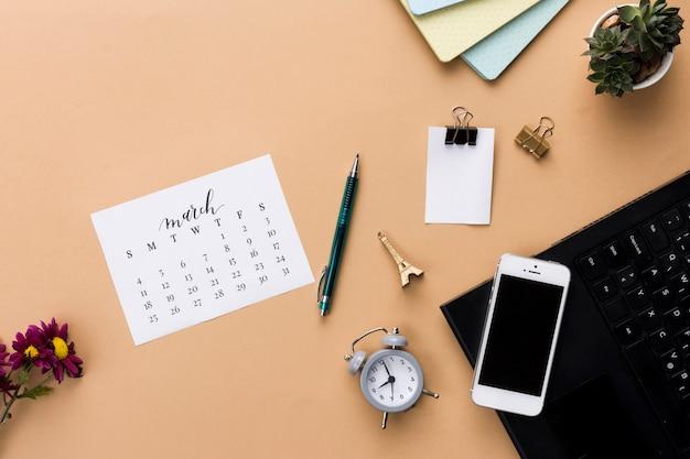 Espaço de trabalho de mesa com vários elementos Foto gratuita