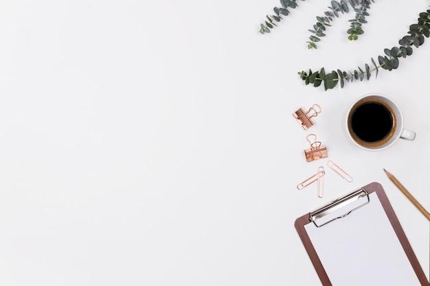 Espaço de trabalho de mesa de escritório em casa mulher com laptop Foto Premium