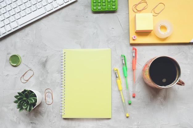 Espaço de trabalho de mesa do escritório freelancer em casa. flat leigo, vista superior, modelo de cabeçalho de herói de mídia social. Foto Premium