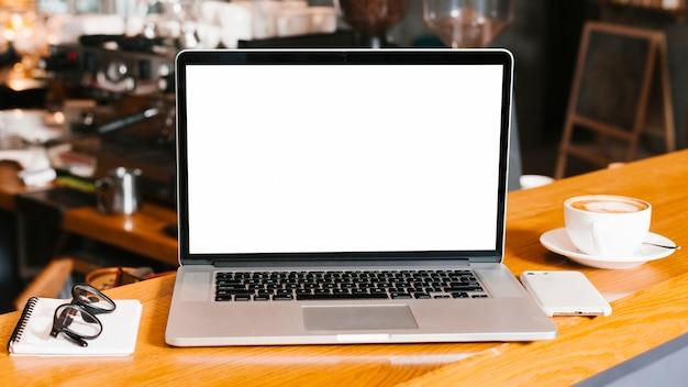 Espaço de trabalho de visão frontal com laptop Foto gratuita