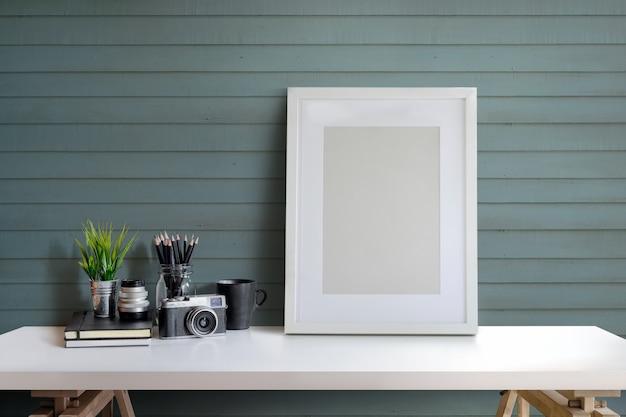 Espaço de trabalho designer ou fotógrafo com computador e cartaz no estúdio em casa. Foto Premium