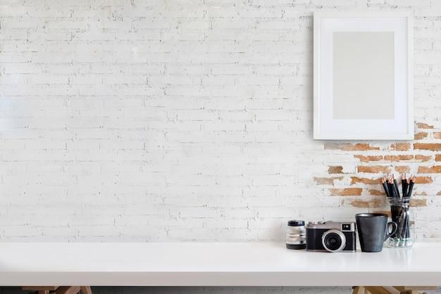 Espaço de trabalho do desenhador ou do fotógrafo com o computador no estúdio home. Foto Premium
