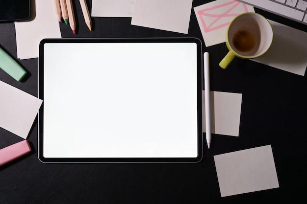 Espaço de trabalho do designer com tablet de tela em branco Foto Premium