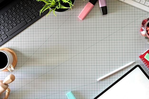 Espaço de trabalho do designer gráfico com um tablet de lápis, computador, amostras de cores e espaço de cópia Foto Premium