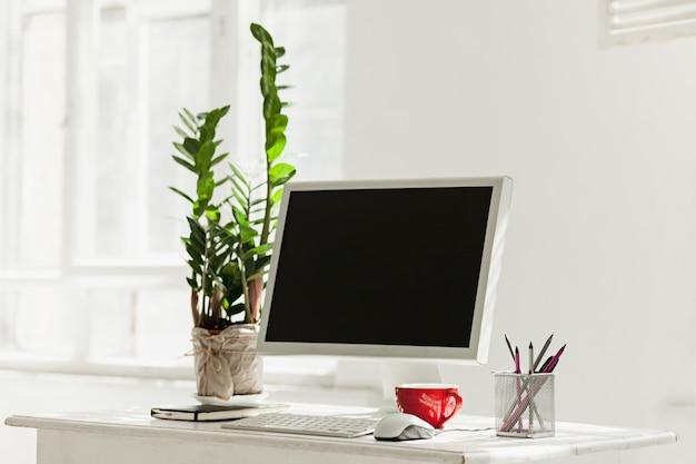 Espaço de trabalho elegante com computador em casa ou estúdio Foto gratuita