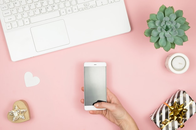 Espaço de trabalho em casa das mulheres. girl blogger trabalha com telefone e laptop. conceito freelance. teletrabalhador mensagens de texto usando laptop e internet, trabalhando on-line. Foto Premium