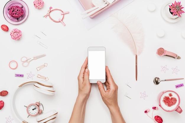 Espaço de trabalho feminino para criação de web design móvel Foto Premium