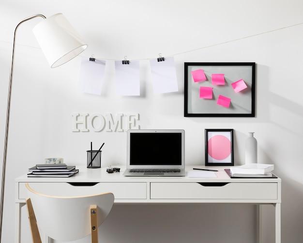 Espaço de trabalho limpo e arrumado com laptop Foto gratuita