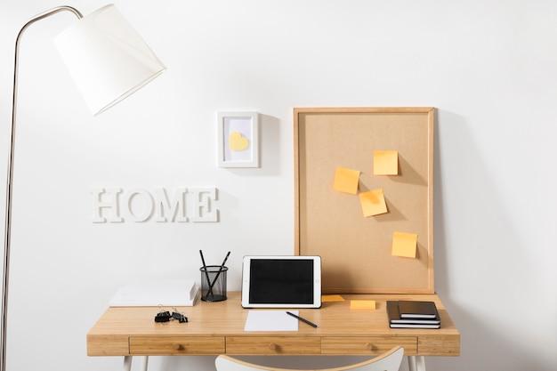 Espaço de trabalho limpo e arrumado com tablet na mesa Foto gratuita