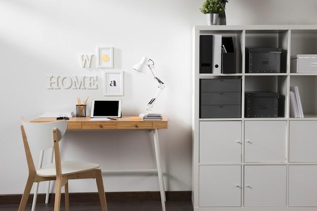 Espaço de trabalho limpo e arrumado com tablet na mesa Foto Premium