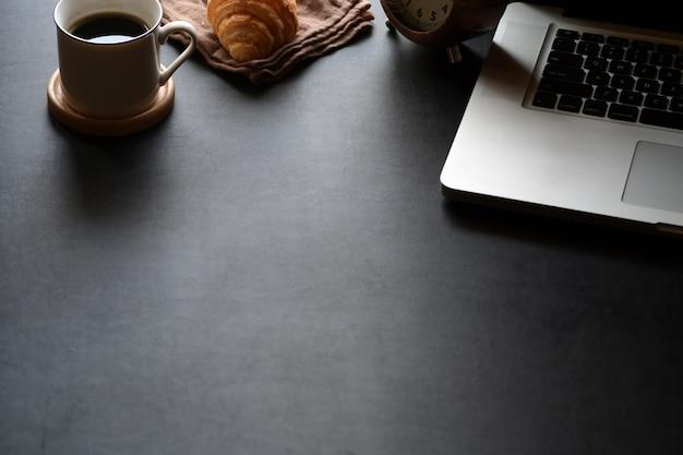 Espaço de trabalho mínimo com câmera vintage, tablet e cópia espaço Foto Premium