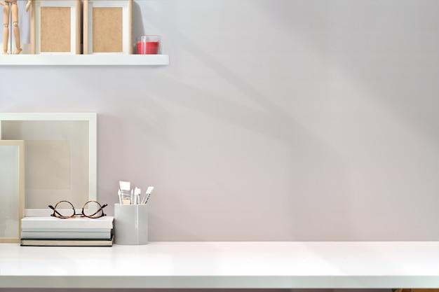 Espaço de trabalho mínimo contemporâneo com mesa de madeira branca e espaço de cópia Foto Premium