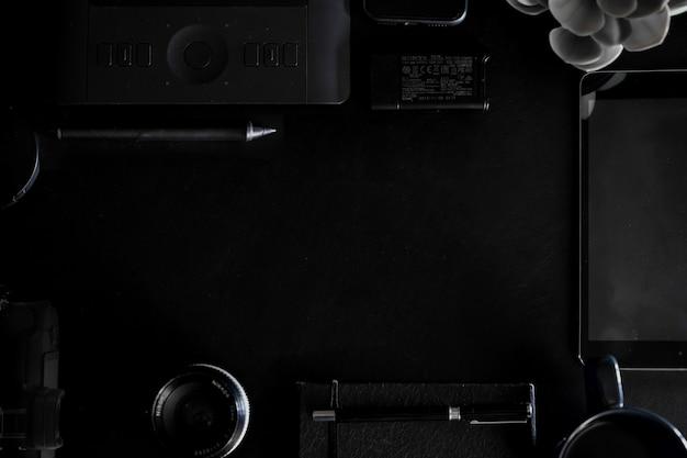 Espaço de trabalho na mesa de couro preto superior de um designer criativo ou fotógrafo e cópia espaço Foto Premium