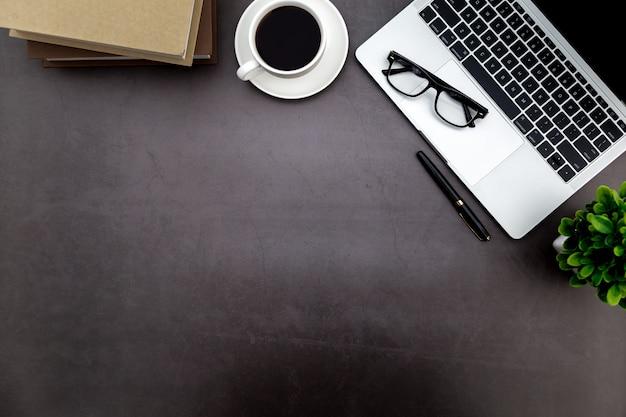 Espaço de trabalho no escritório Foto Premium