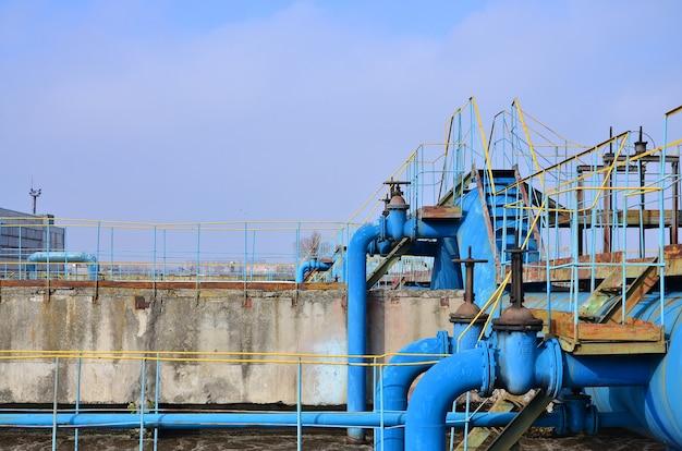 Espaço industrial com muitos tubos e comunicações Foto Premium