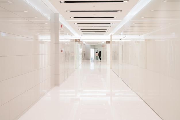 Espaço interior de casa de banho em shopping center Foto Premium