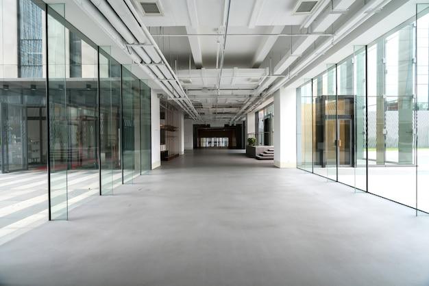 Espaço interior do edifício de escritórios Foto Premium