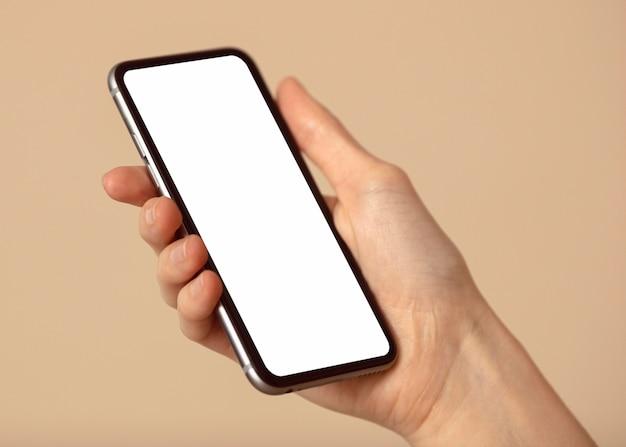 Espaço para cópia do celular mantido em mãos Foto gratuita