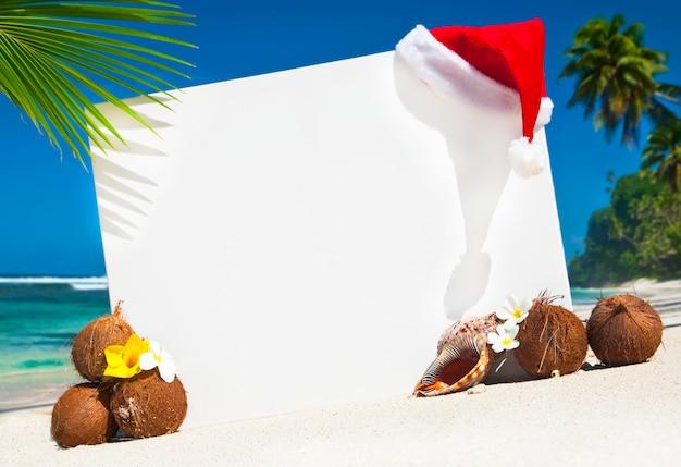 Espaço temático da cópia do natal na praia. Foto gratuita
