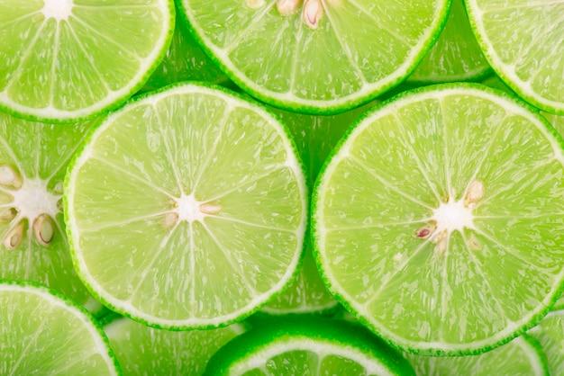 Espaço verde com frutas cítricas de fatias de limão. Foto Premium