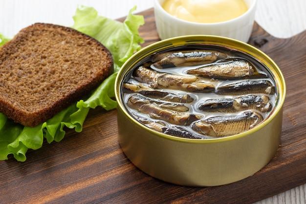 Espadilha enlatada em lata com pão para sanduíche Foto Premium