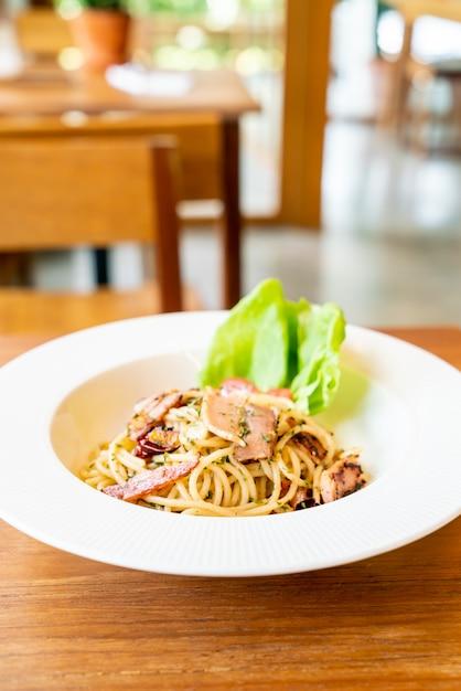 Espaguete com bacon alho e pimenta Foto Premium