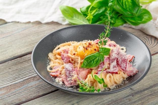 Espaguete com bacon e queijo parmesão Foto Premium