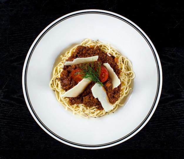 Espaguete com molho de carne e parmesão Foto gratuita