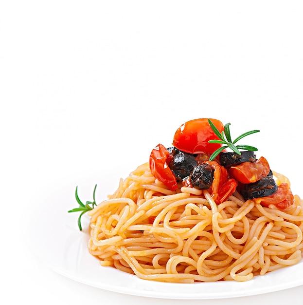 Espaguete com tomate e azeitonas Foto gratuita