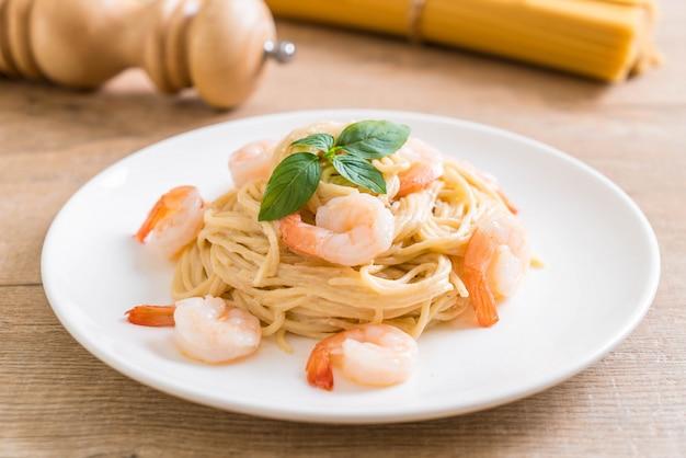 Espaguete cream cheese molho branco com camarão Foto Premium