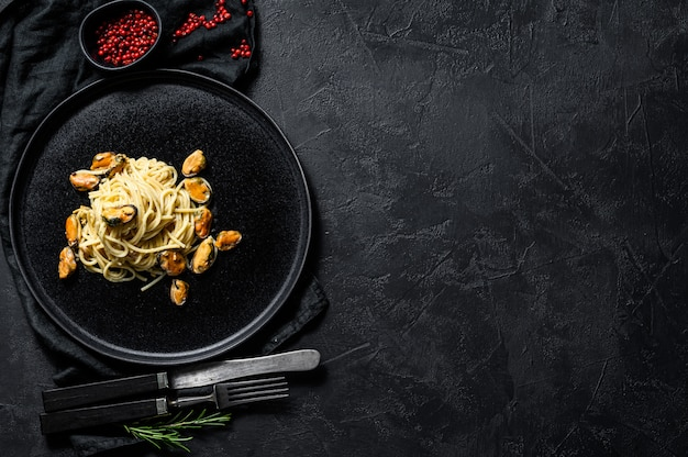 Espaguete de macarrão caseiro com mexilhões, molho de tomate Foto Premium
