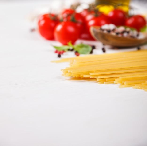 Espaguete de macarrão com ingredientes para cozinhar macarrão Foto Premium