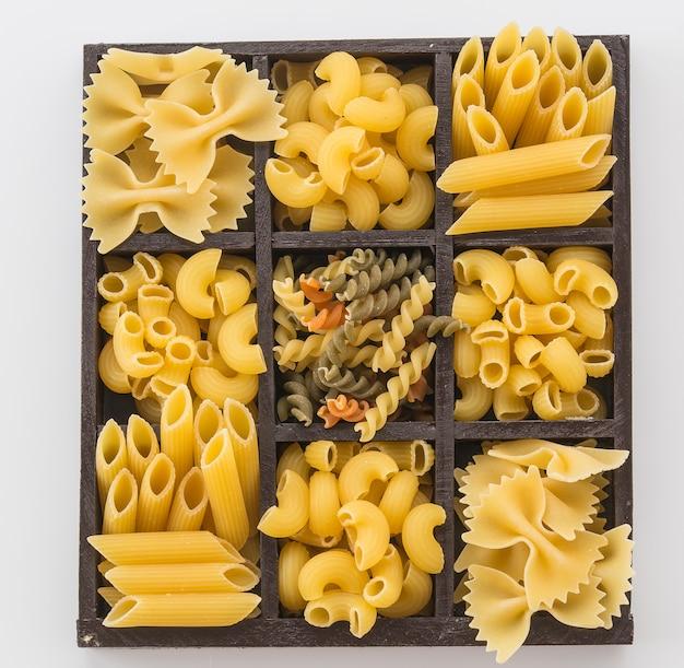 Espaguete de macarrão seco com ingrediente Foto gratuita