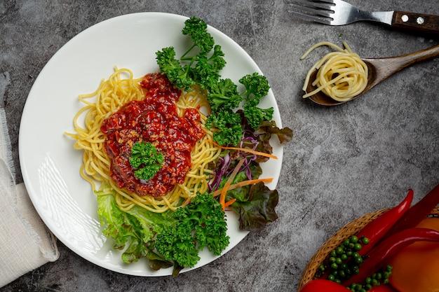 Espaguete delicioso servido com ingredientes bonitos. Foto gratuita