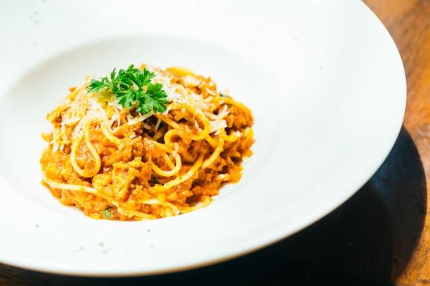 Espaguete ou macarrão à bolonhesa em chapa branca Foto gratuita