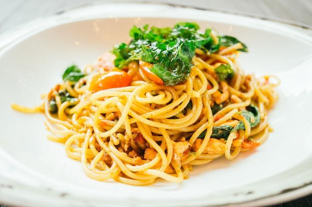 Espaguete picante e macarrão com salmão Foto gratuita